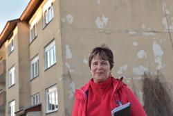KÜ Väätsa Põllu Kaks esinaine Maire Laar oma renoveerimisootel kodumaja ees